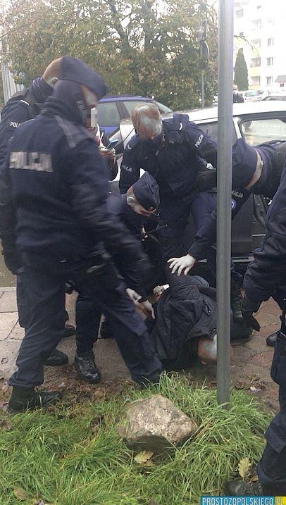 To nam robią covidowi totalitaryści: OPOLE - 5 radiowozów na sygnale do jednego mężczyzny … bez maseczki [WIDEO] Policjanci skuli mężczyznę... bez maseczki